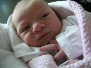 Az újszülött baba éberen nézelődik