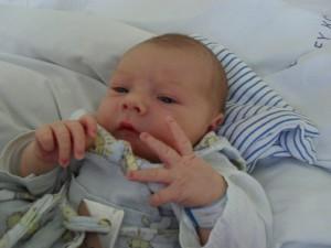 Tomi császármetszéssel született