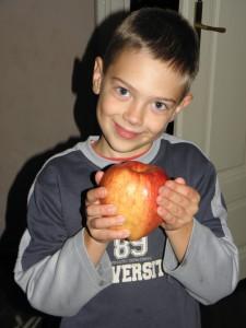 Marci az almaszüret után mutatja a leg-leg almát, amekkora Kriszti méhe és benne a kistesó