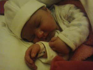 Lara baba császármetszést követően természetes úton született